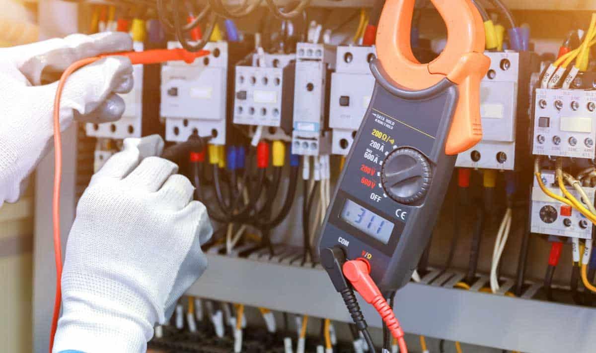 technicien en travaux électriques
