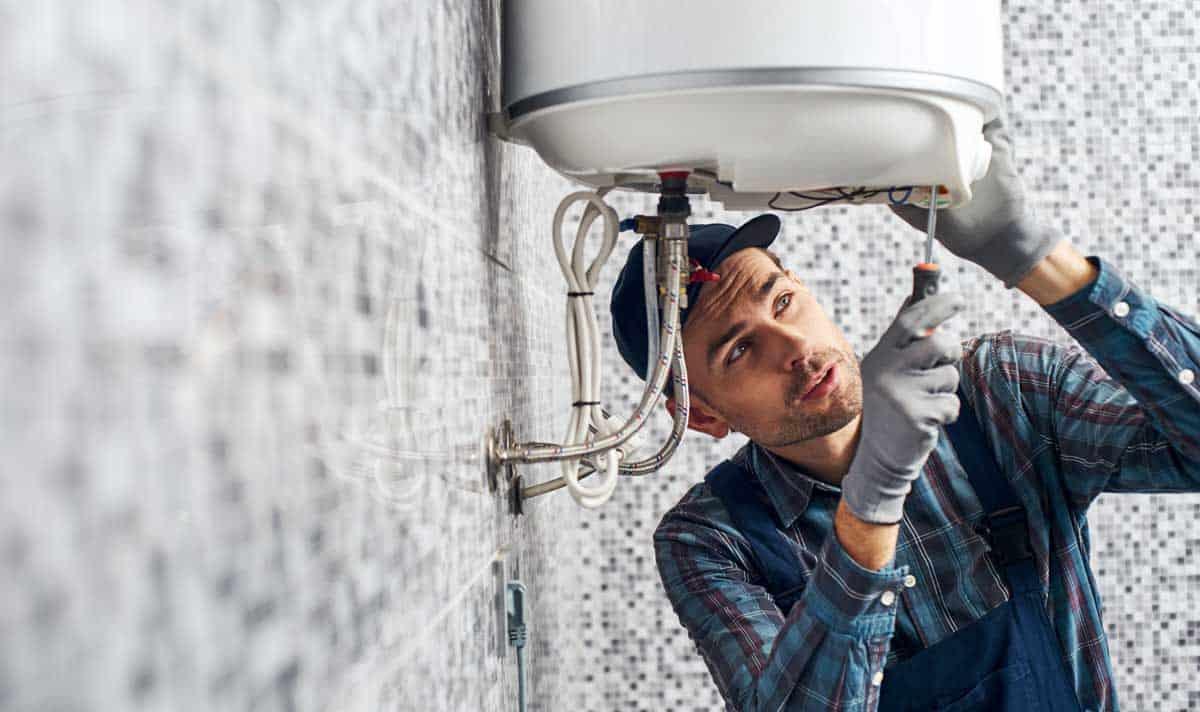technicienne en réparation de chauffe-eau