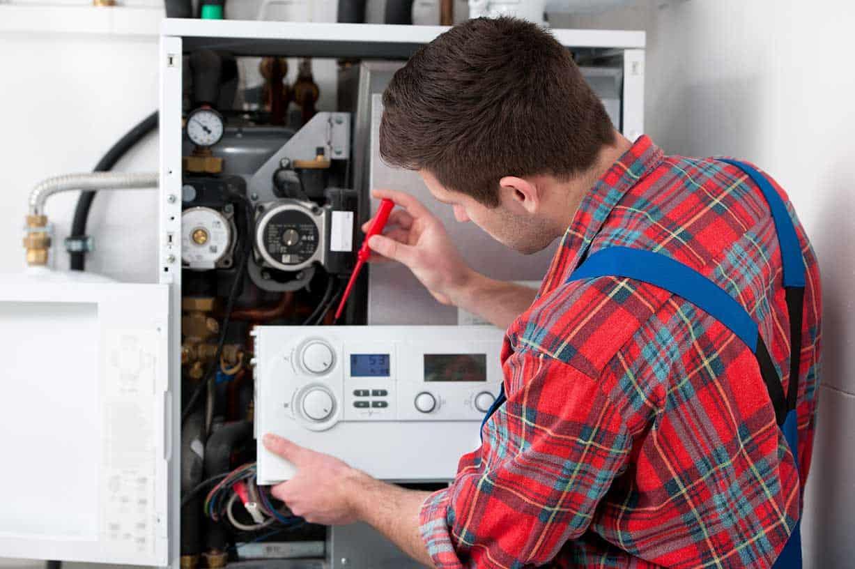 Technicien effectuant l'entretien d'un système CVC.